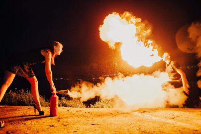 Даже если пламя изо рта пускаешь, подготовь огнетушитель!