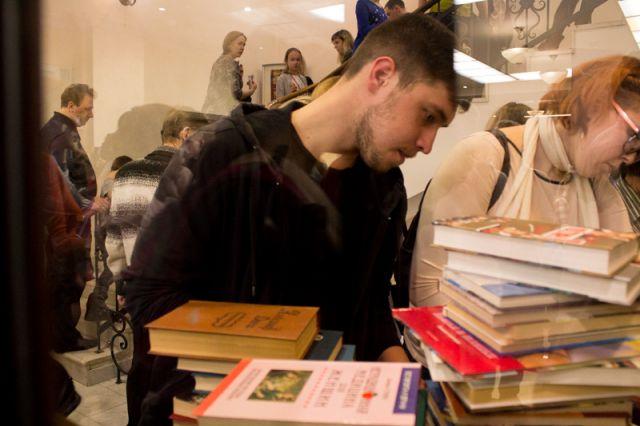По всей России в эту ночь библиотеки, книжные магазины, ли тературные музеи и арт-пространства продлевают время работы.