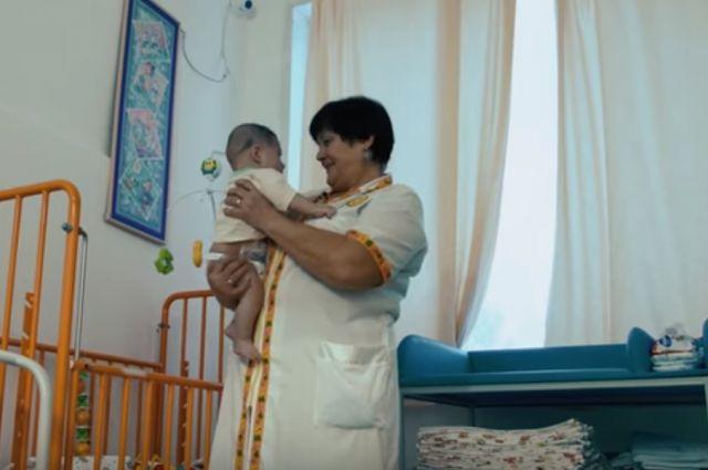 Няня Галина Дмитриевна 365 дней в году встает в 3:30 утра, чтобы приехать к детям в больницу.