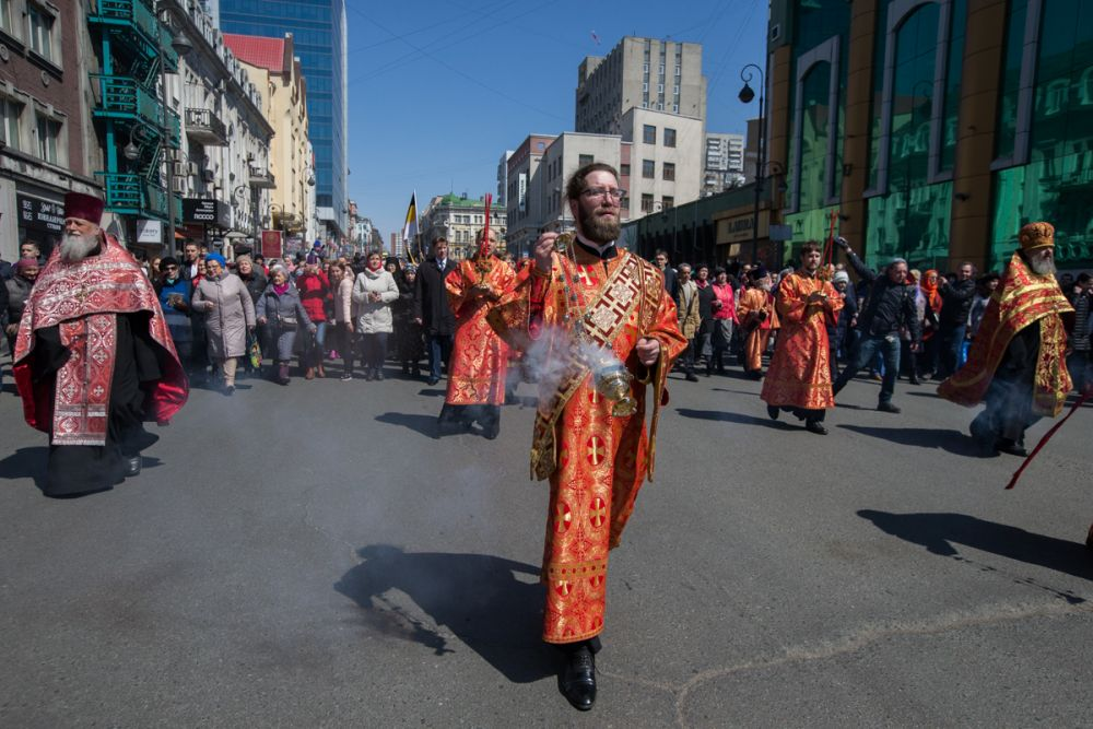 На пути к площади Борцов революции - священники.