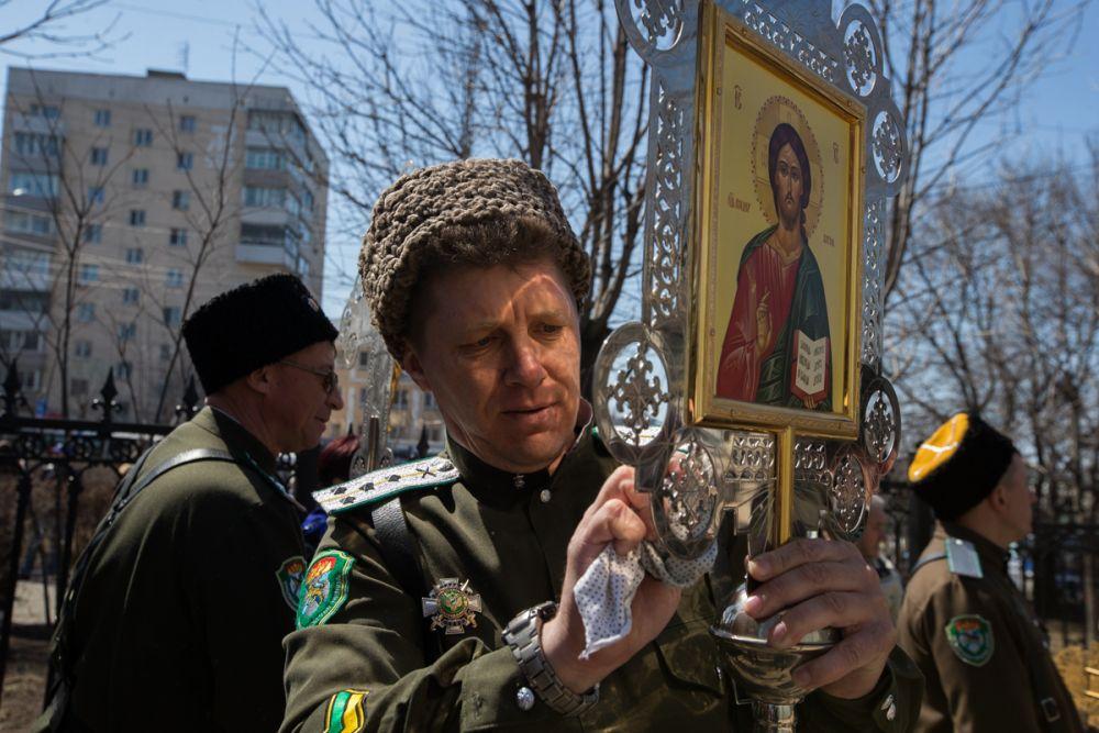 Перед крестным ходом казак икону подправил для порядка.