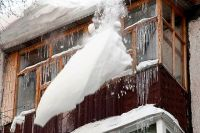 Ребенок в Ноябрьске пострадал от рухнувшей на него снежной глыбы