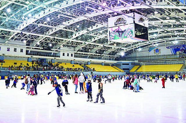 «Волга-Спорт-Арена» отрылась в 2014 году, тогда ещё на открытии руководство ледового дворца гордилось пятитысячной вместимостью. А теперь при проверке найдена уйма недочётов.