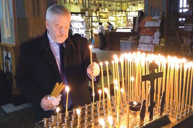 Александр Жуков поставил свечки погибшим при пожаре в Кемерово.