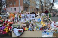 С каждым днем мемориал становится все больше: портреты, игрушки, рисунки, слова соболезнования от жителей не только Кемерова, но и всей страны.