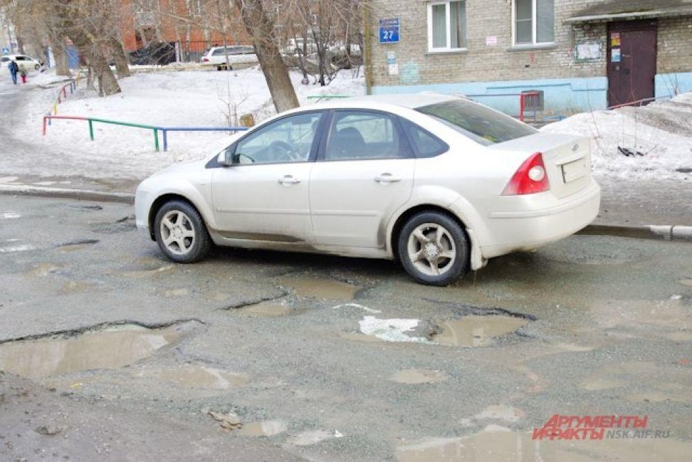 Ямы на дорогах являются актуальной проблемой во дворах жилых домов.