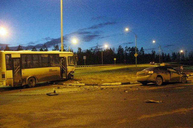 Женщина-водитель легкового авто была госпитализирована.