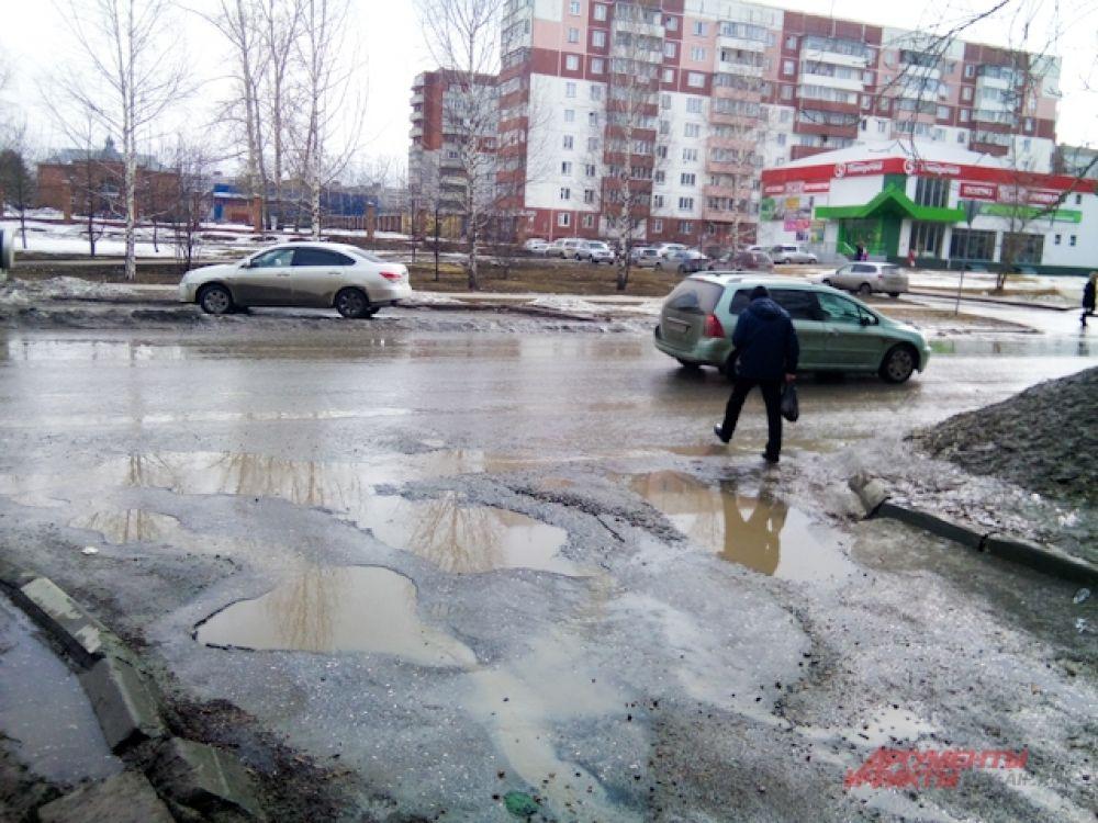 Пешеходы пробираются по дорогам с трудом.