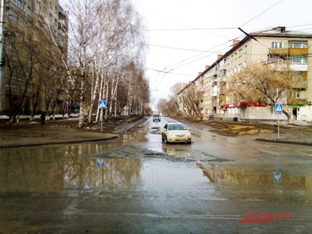 Дороги на Затулинке и так узкие, а плохой асфальт ухудшает положение.