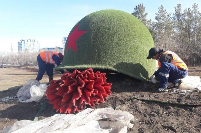 В Оренбурге уличные скульптуры и клумбы готовятся к лету.