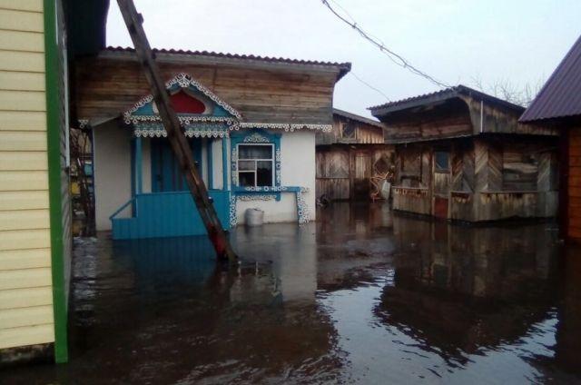 Дом в селе Усть-Козлуха во время подтопления.