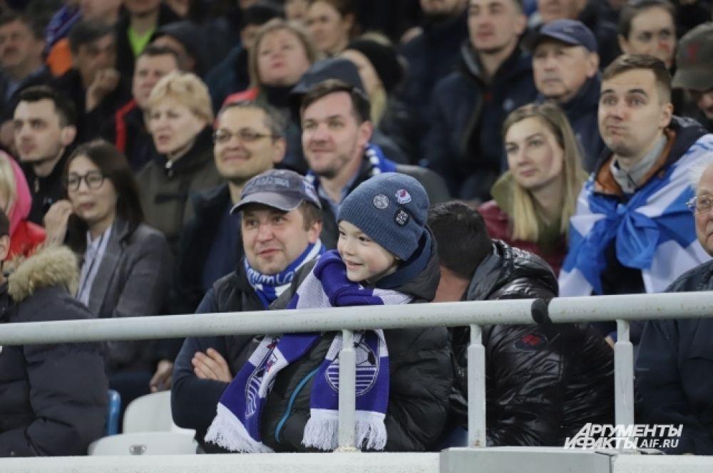 На стадион приходят семьями.
