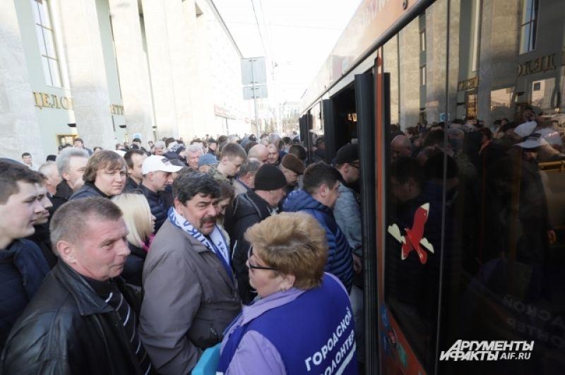 Сотни болельщиков предпочли автобусы-шатлы. Они отходили каждые 10 минут от Северного и Южного вокзалов.