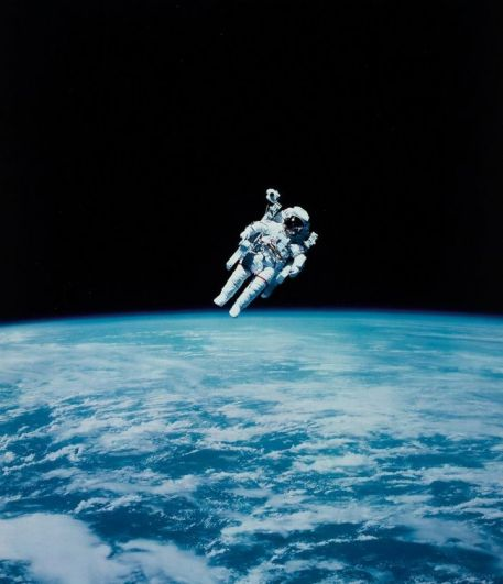 Космонавт Брюс Маккэндлесс во время первого выхода в открытый космос без страховочного каната, 1984 год