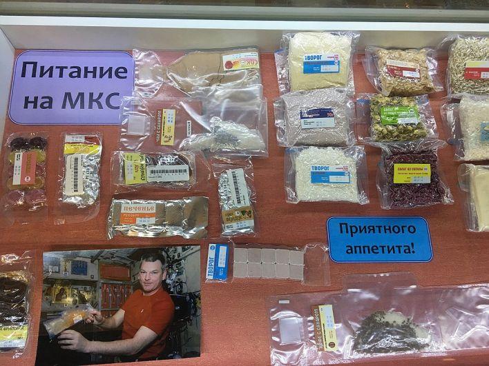 Редкое фото - паек космонавтов на Международной космической станции. На фото можно увидеть не только вариант еды для российских космонавтов, но и для американцев и других