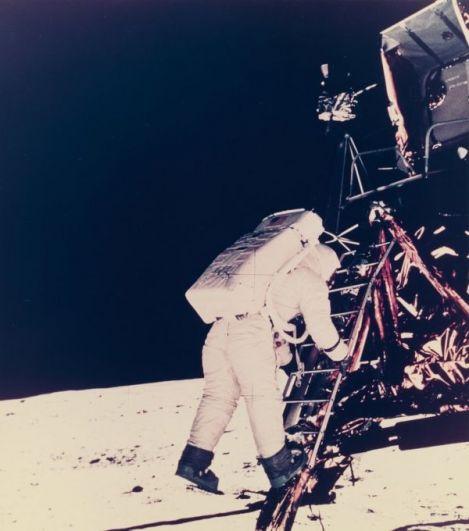 Второй человек на Луне. Нил Армстронг, уже находясь на Луне, сфотографировал Базза Олдрина выходящим из корабля