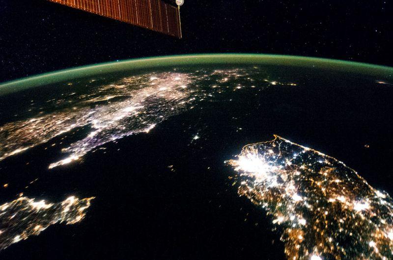 Вот это вот черное, между двумя освещенными странами - не море или океан. Это - Северная Корея, причем уже в 21 веке! По обе стороны - Китай и Южная Корея, освещенные ночью. В Северной Корее освещен лишь Пхеньян.