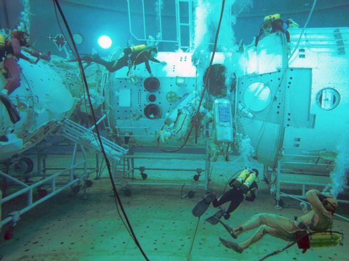 А вот это - испытания в Звездном городке (закрытый город Щелково-14). Под водой создается ощущение невесомости, поэтому одним из испытаний для будущих космонавтов является именно нахождение в полной экипировке в специальном бассейне.
