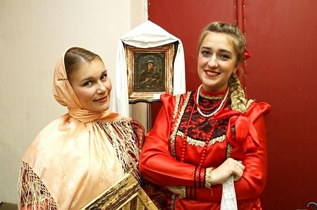 Замужние казачки носили платки, а незамужние - украшали косу лентами.