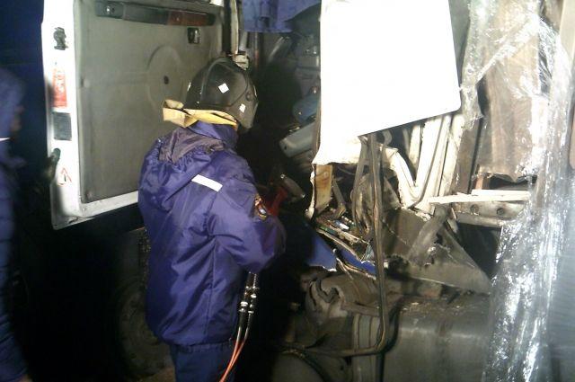 Водителя с трудом извлекли из кабины.