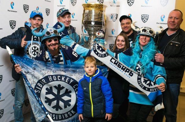 Новосибирцы смогли сфотографироваться с главных трофеем Чемпионата КХЛ на память.