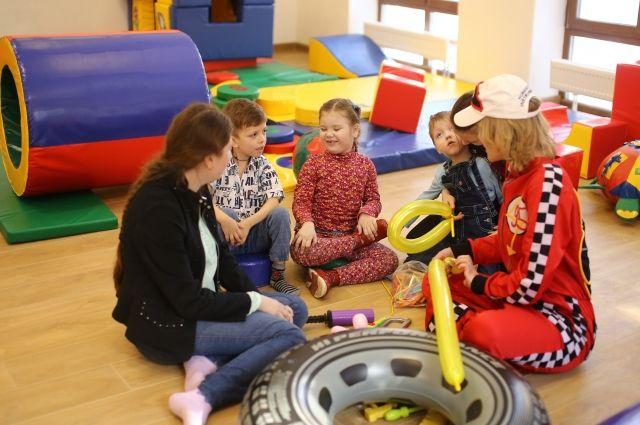 Дети любят проводить время в игровой комнате.