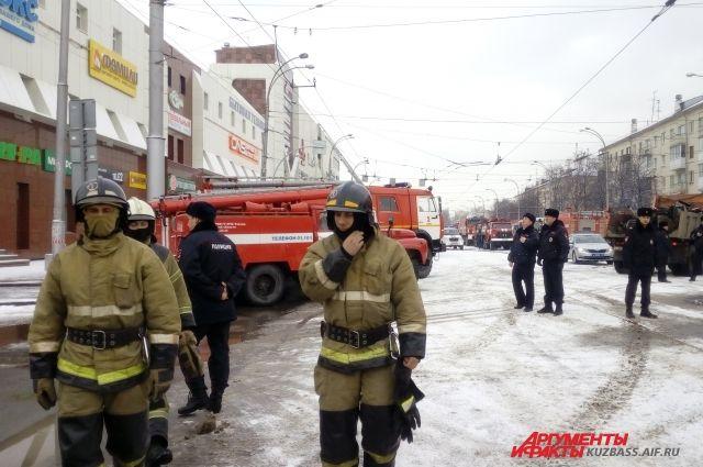 В Кемерове арестовали пожарного, обвиняемого в халатности при тушении ТЦ.