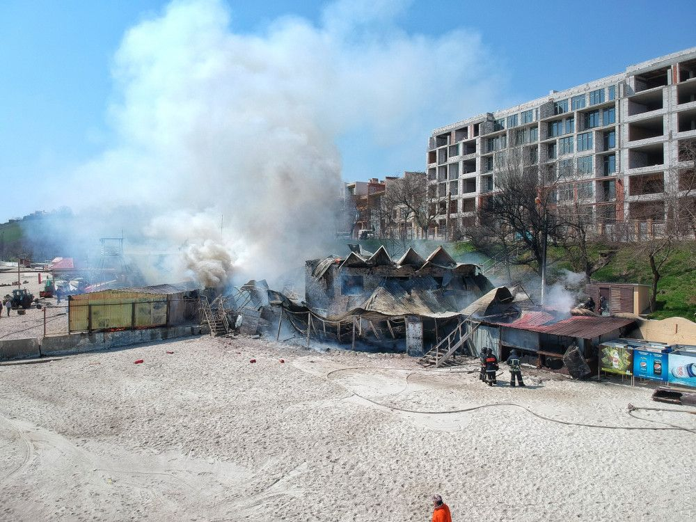 Пожар начался в ресторане и перекинулся на спасательную станцию, которая примыкает к нему.