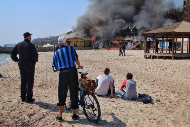 Помогали пожарным и сотрудники ресторана, с помощью насоса качая воду из моря.