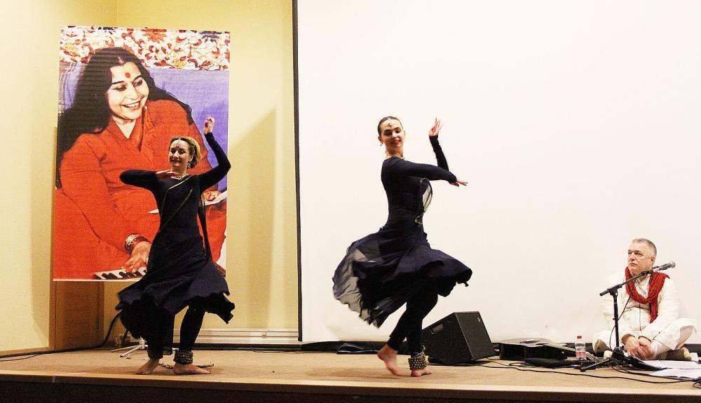 Музыкально-танцевальные группы «Кайлаш» и «Виратангана» выступили с концертом в донской столице.