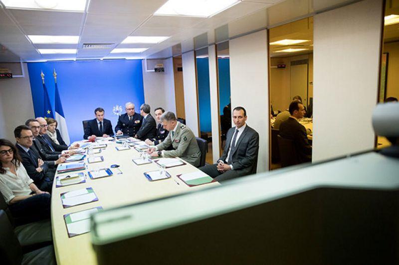 Президент Франции Эммануэль Макрон проводит совещание по военной операции в Сирии.