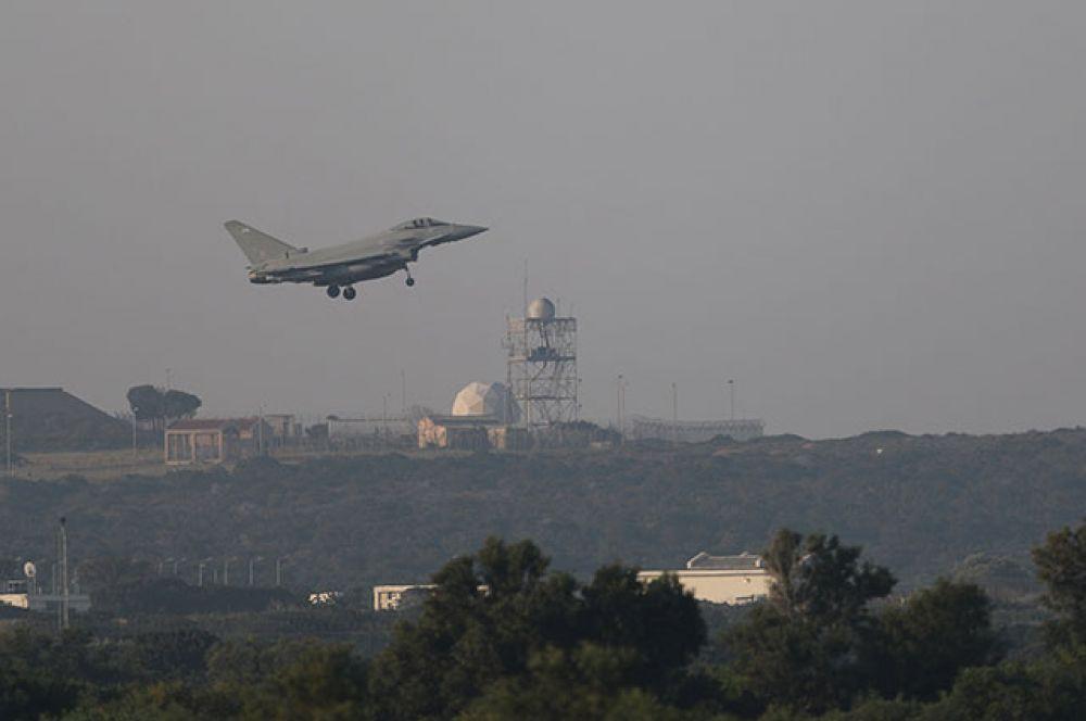 Истребитель французских ВВС совершает посадку на военной базе на Кипре.
