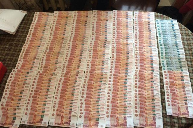 Деньги изъяты следователем в ходе осмотра места происшествия.