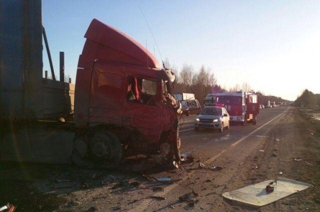 В РФ  большегрузая фура влепешку смяла микроавтобус, погибли люди