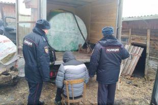 Воры сделали незаконную врезку на трубопроводе, а топливо откачивали в ёмкости, установленные прямо во дворе жилого дома.