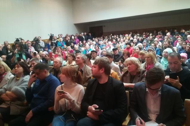 На встречу пришли около 350 человек.