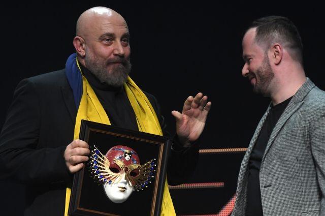 Павел Каплевич (слева) получил награду вместо Кирилла Серебренникова.