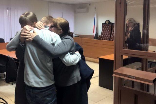Фёдор Иванов в объятиях мамы и сестры сразу после освобождения.