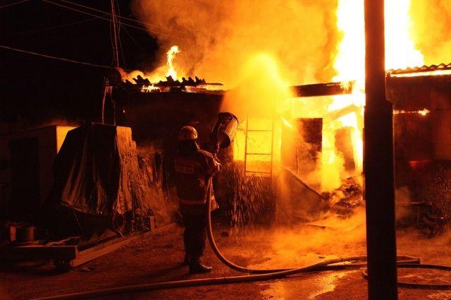 С огнем боролись несколько экипажей пожарных.