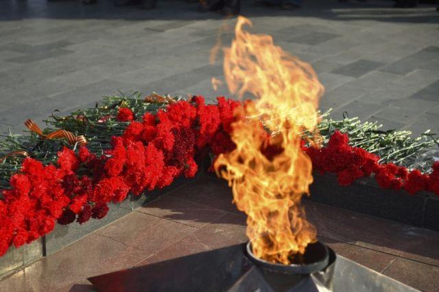 Школьницы устроили пикник на извечном  огне вОмской области