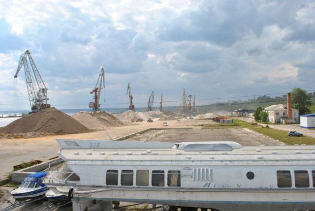 На ульяновских причалах много полезных грузов, но добраться до них - большая проблема.