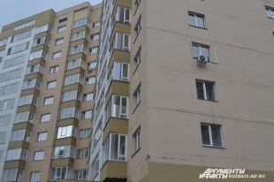 Хоть многоэтажке всего восемь лет, трещины уже почти по всему дому.