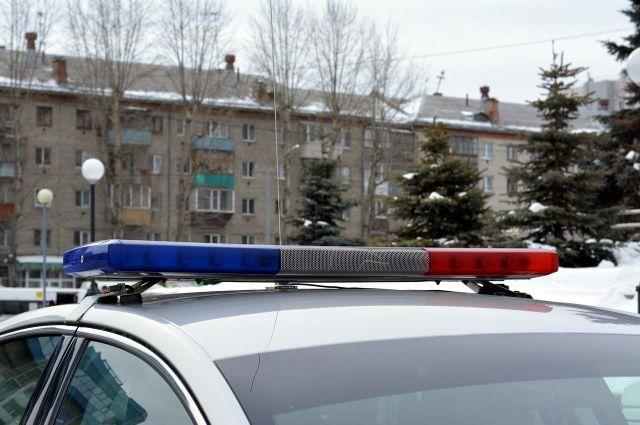 Полицейские устанавливают личность владельца заведения.