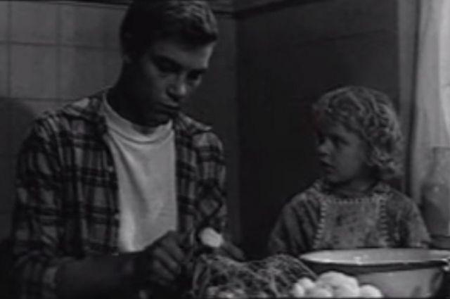 Роль Алёши в фильме «Рано утром» стала первой актёрской работой Николая Мерзликина.