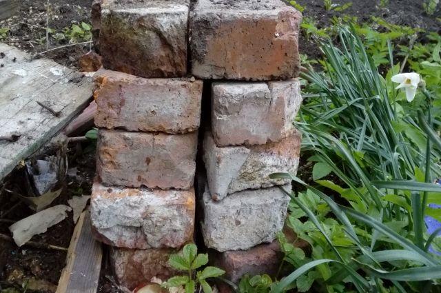 В Калининграде кирпичный забор рухнул на площадку детсада.