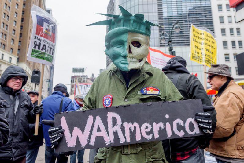 Участник акции протеста против ударов по Сирии в Нью-Йорке.
