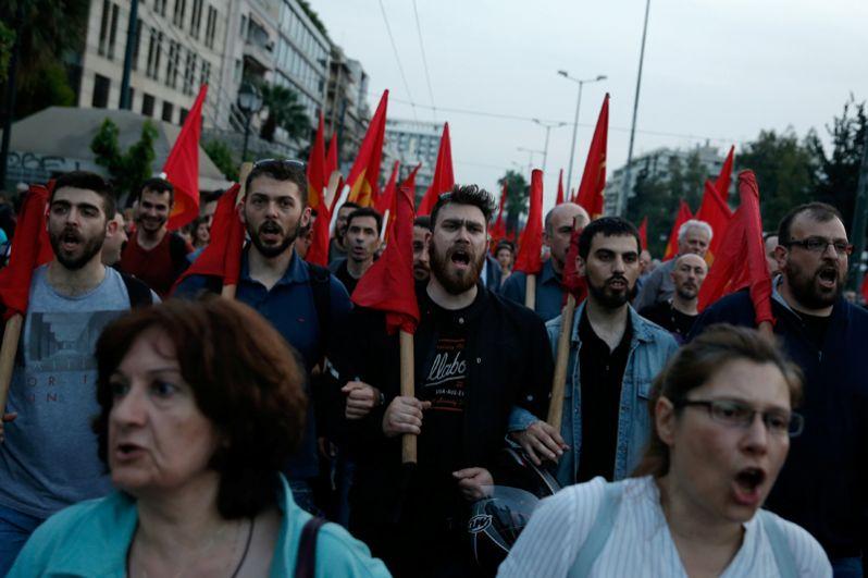 Участники акции протеста в Афинах, Греция.