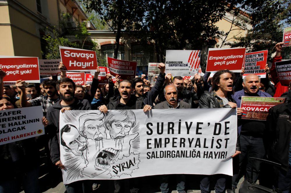 Акция протеста у французского посольства в Стамбуле, Турция.