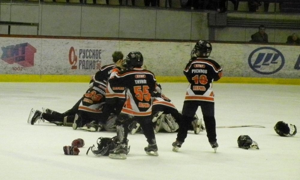 """Пермские мальчишки празднуют победу в последнем матче против """"Астаны"""", а вместе с тем и в турнире."""