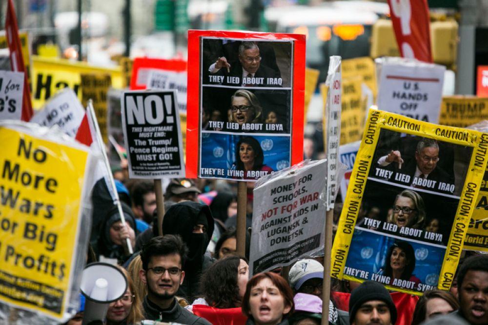 Участники акции протеста против ударов по Сирии в Нью-Йорке.